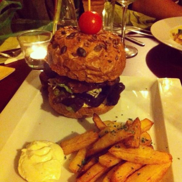 LoVegburger (s grilovaným seitanem, sýrem, tempehovou slaninkou a zeleninou; pečená cibulka, sojanéza, kečup. Podávané s hranolkami a domácí sojanézou)